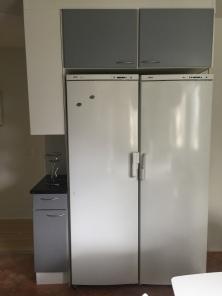 Bosch jääkaappi ja pakastin, molemmat 60 leveitä, malleista ei tarkkaa tietoa.